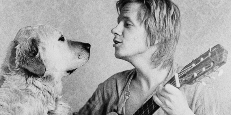 Vispoeten Dan Berglund sjunger för hund
