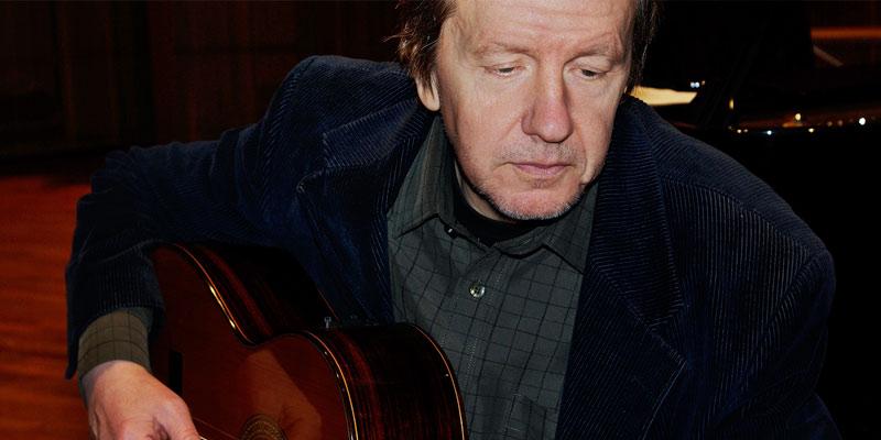 Vispoeten Dan Berglund spelar gitarr